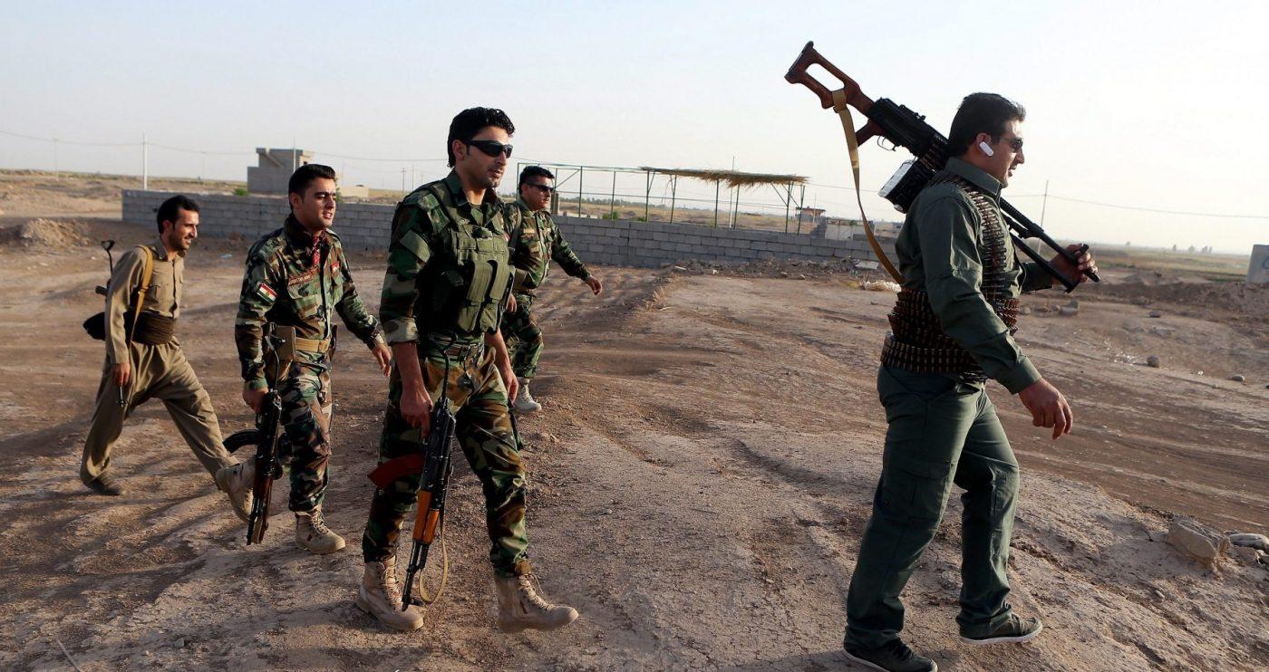 Soldados kurdos toman posición en la ciudad iraquí de Gwer.