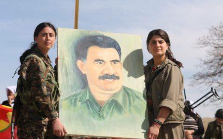 Mujeres de las YPG y el PKK sosteniendo una pintura de Abdullah Öcalan, cuyas ideas sobre el municipalismo libertario han ayudado a inspirar la Revolución de Rojava, Kurdistán Sirio [Foto: Kurdishstruggle vía WikimediaCommons].