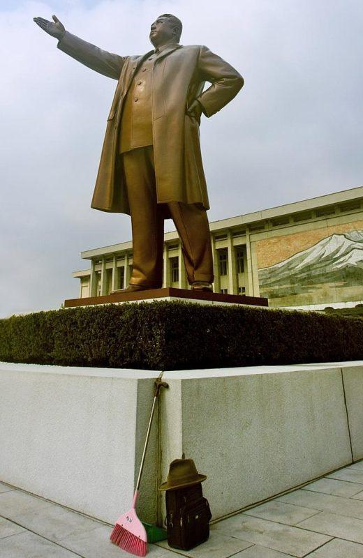 """""""Se supone que esto jamás tiene que ocurrir: un cepillo apoyado en la base de la estatua de Kim Il-sung en Mansudae, Pyongyang"""" Eric Lafforgue."""