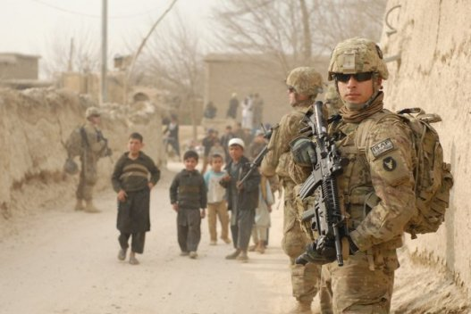 Soldados norteamericanos patrullan en pueblos de Afganistán [Foto: US Army vía WikimediaCommons]