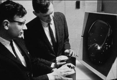 """Dan Edwards y Peter Samson jugando a """"Spacewar!"""" en una PDP-1. Fue el primer videojuego de la historia, en 1962 [Foto vía computerhistory.org]."""