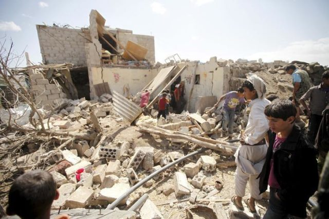 People inspect damage at a house after it was destroyed by an air strike in Yemen's capital Sanaa, February 25, 2016. REUTERS/Mohamed al-Sayaghi