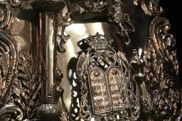 A decorative cover adorns the Temple's primary Torah.