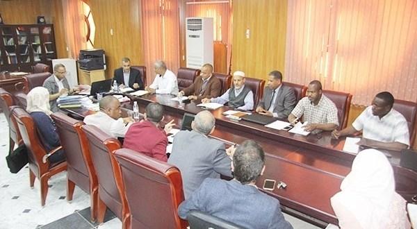 اجتماع بيداغوجي لمدير مع الطاقم الإداري لكلية العلوم الاجتماعية والإنسانية