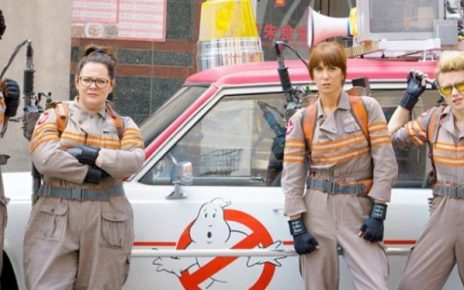 Chris Hemsworth in compagnia delle nuove acchiappafantasmi nel poster italiano di Ghostbusters