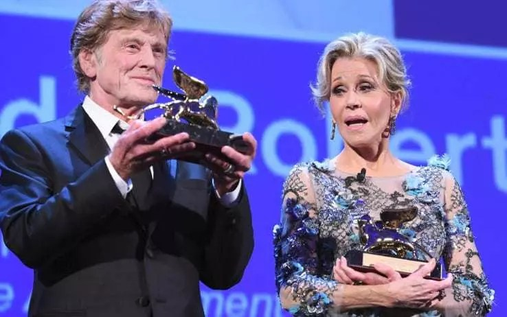 [Venezia 74] Il Leone d'oro alla carriera a Robert Redford e Jane Fonda commuove il lido