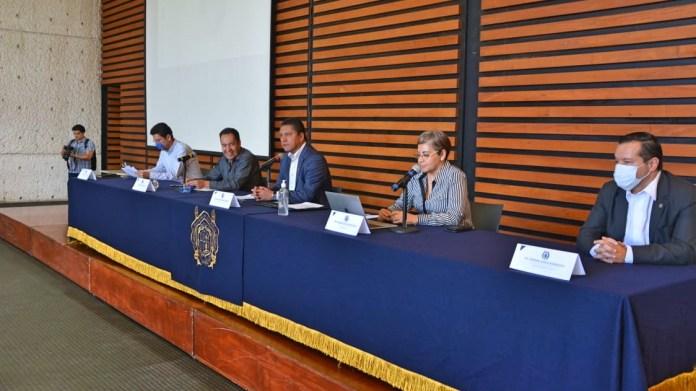 El secretario de Gobierno del Estado de Michoacán, Carlos Tello, asi como la secretaria de Salud de Michoacán, Diana Carpio, estuvieron presentes en el diálogo que sostuvieron con autoridades universitarias y pasantes del servicio social del área de la salud en la UMSNH.