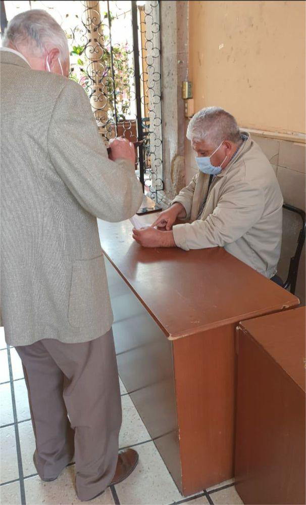 El notario público número 25 Lic. salvador Hernández Mora, entrega la notificación del oficio de autoridades en las instalaciones del SUEUM, recurrente es la negativa del personal del SUEUM en no recibir documentos.