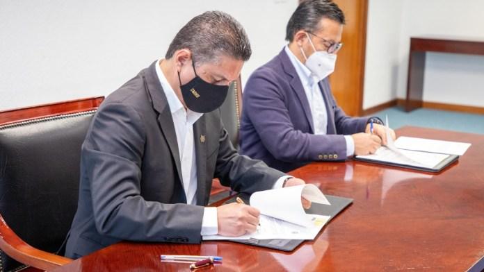 El Rector de la UMSNH, Cárdenas Navarro firma el convenio de vinculación con el director general de FIRA, Jesús Alan Elizondo Flores