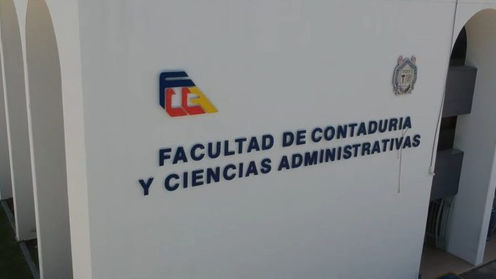La Facultad de Contaduría y Ciencias Administrativas de la UMSNH, ofrece las licenciaturas en Contaduría, Administración, Mercadotecnia e Informática Administrativa.