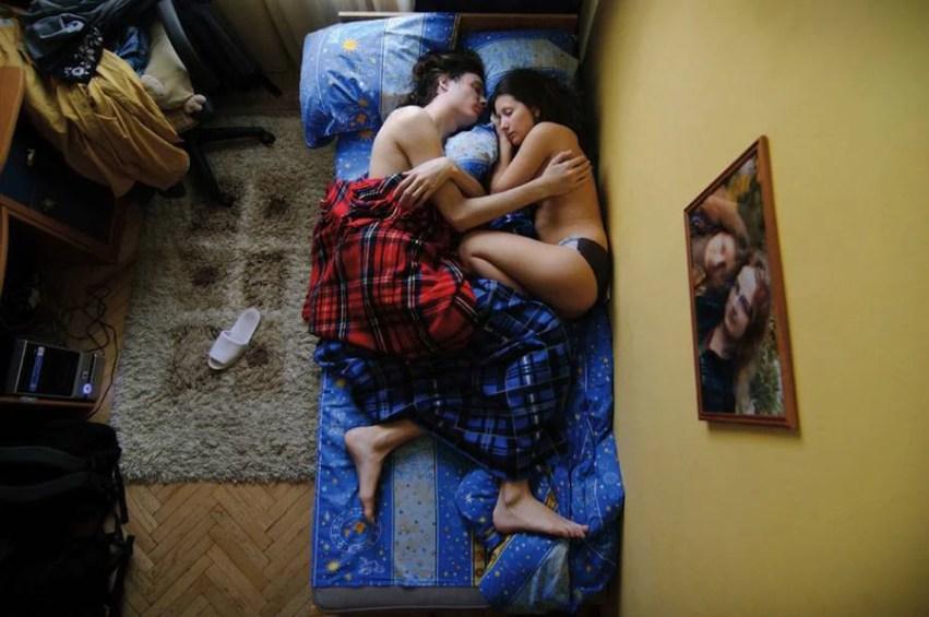 coppia con coperta scozzese