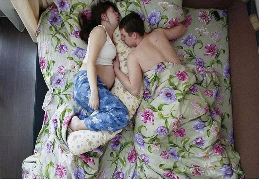 coppia con lenzuola riccamente decorate