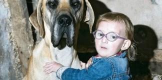 Bambina epilettica abbraccia il suo cane protettore