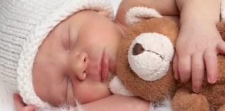 bambino dorme con il suo orsacchiotto