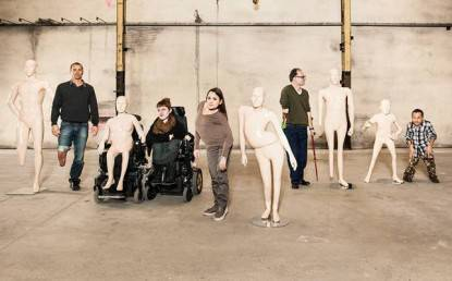 modelli disabili vicino ai loro manichini