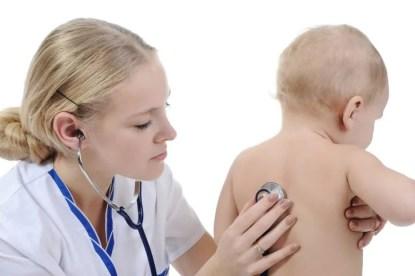 bambino auscultato da una dottoressa