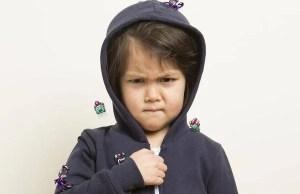 bambina coi mostri sui vestiti