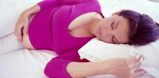 Una donna incinta sta dormendo