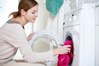 Lavori di casa: giovane donna fa la lavatrice