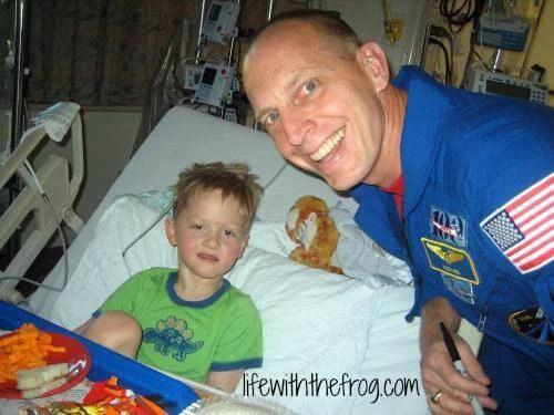 bimbo in ospedale con astronauta