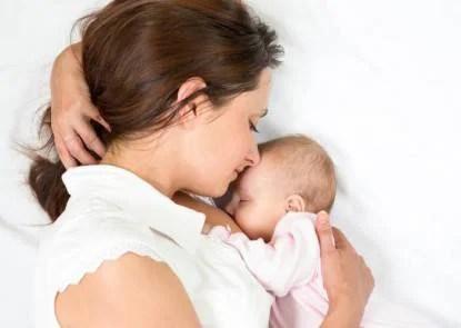 madre allatta figlio nel letto