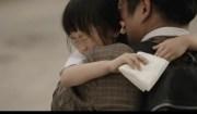 figlia e padre si abbracciano commossi