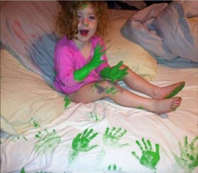 bimba con mani colorate vernice