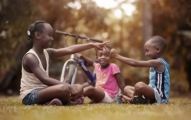 bambini giocano insieme