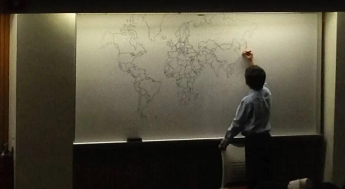 bambino autistico disegna carta del mondo