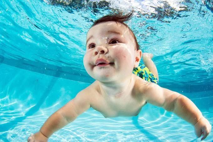 bimbo gioca in acqua