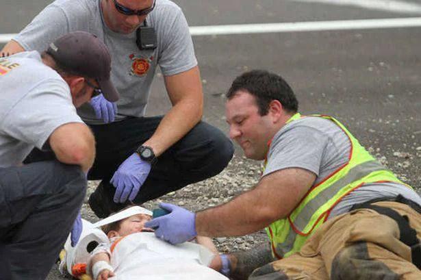 pompiere aiuta un bimbo