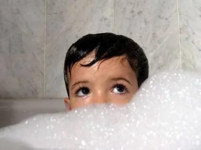 facendo il bagnetto al proprio figlio