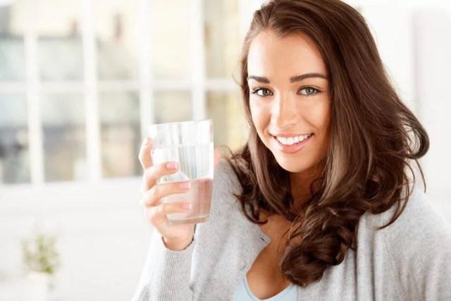 bere acqua fa bene al cervello