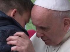 papa francesco consola un bambino