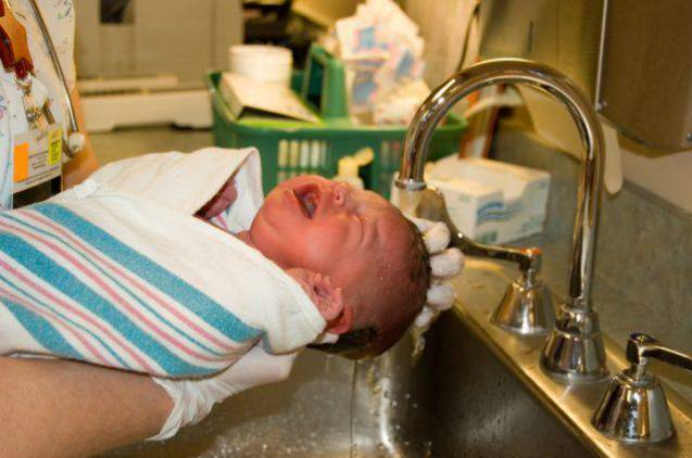 Neonato ustionato durante il primo bagnetto