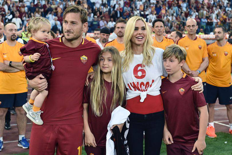 Ilary in tv, Francesco al mare coi bambini: le vacanze dei Totti
