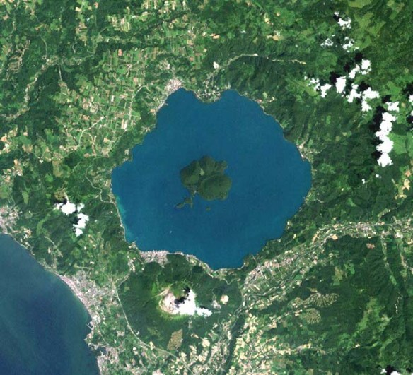 https://i0.wp.com/www.unmissablejapan.com/volcanoes/images/usu-and-lake-toya-satellite-photo.jpg?w=584