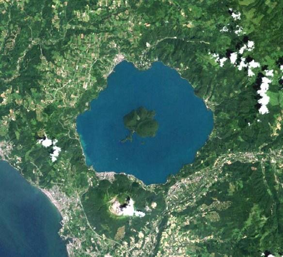 https://i0.wp.com/www.unmissablejapan.com/volcanoes/images/usu-and-lake-toya-satellite-photo.jpg?w=584