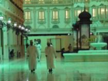 Hombres qatarís en Il Vilaggio