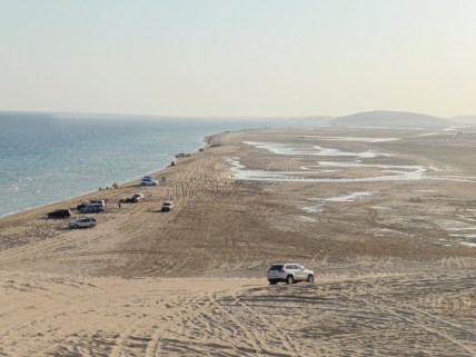Mar, desierto y frontera con Arabia Saudí al fondo