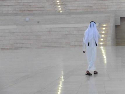 Hombre qatarí en el anfiteatro de Katara