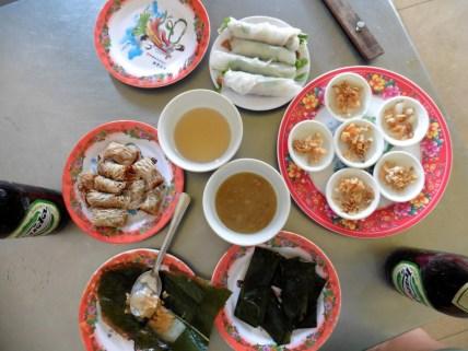 Rollitos frescos; pastel de arroz con carne, gambas y salsa de pescado; pastel de arroz en hoja de bananero; rollitos fritos.