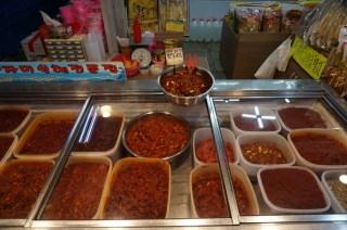 Diferentes variedades de Kimchi en el mercado de Sokcho