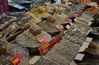 Alimentos desecados en el mercado de Sokcho