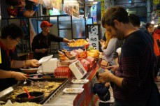 Comprando Sundae en el mercado de Sokcho