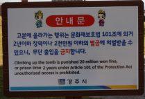 Señalización que alerta sobre penalización con multa de 20 millones de won o 2 años de prisión en caso de caminar sobre las tumbas