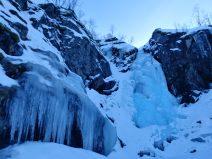 Cascada helada en el Parque Nacional de Møysalen