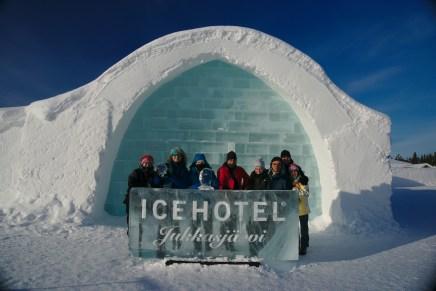 Foto de grupo en el Icehotel en Suecia