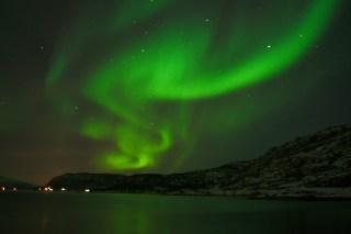 Aurora boreal desde la playa en la Noruega continental
