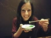 Comiendo takowasa en izakaya de Kumamoto